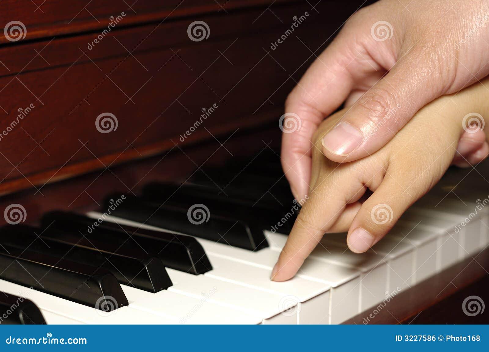 Украинская учительница со своей ученицей дают уроки на фортепиано 9 фотография