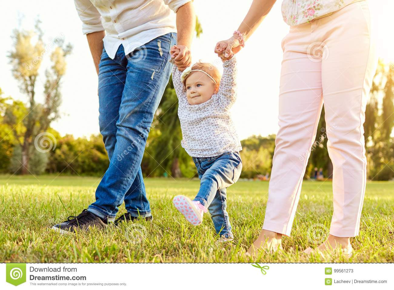 The first steps of the baby. A happy family.