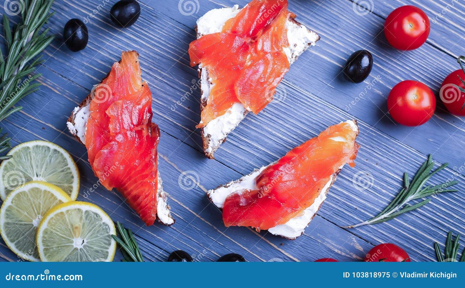 Fische auf dem Tisch geschnitten für Mahlzeiten Köstliches Meeresfrüchteabendessen Tr