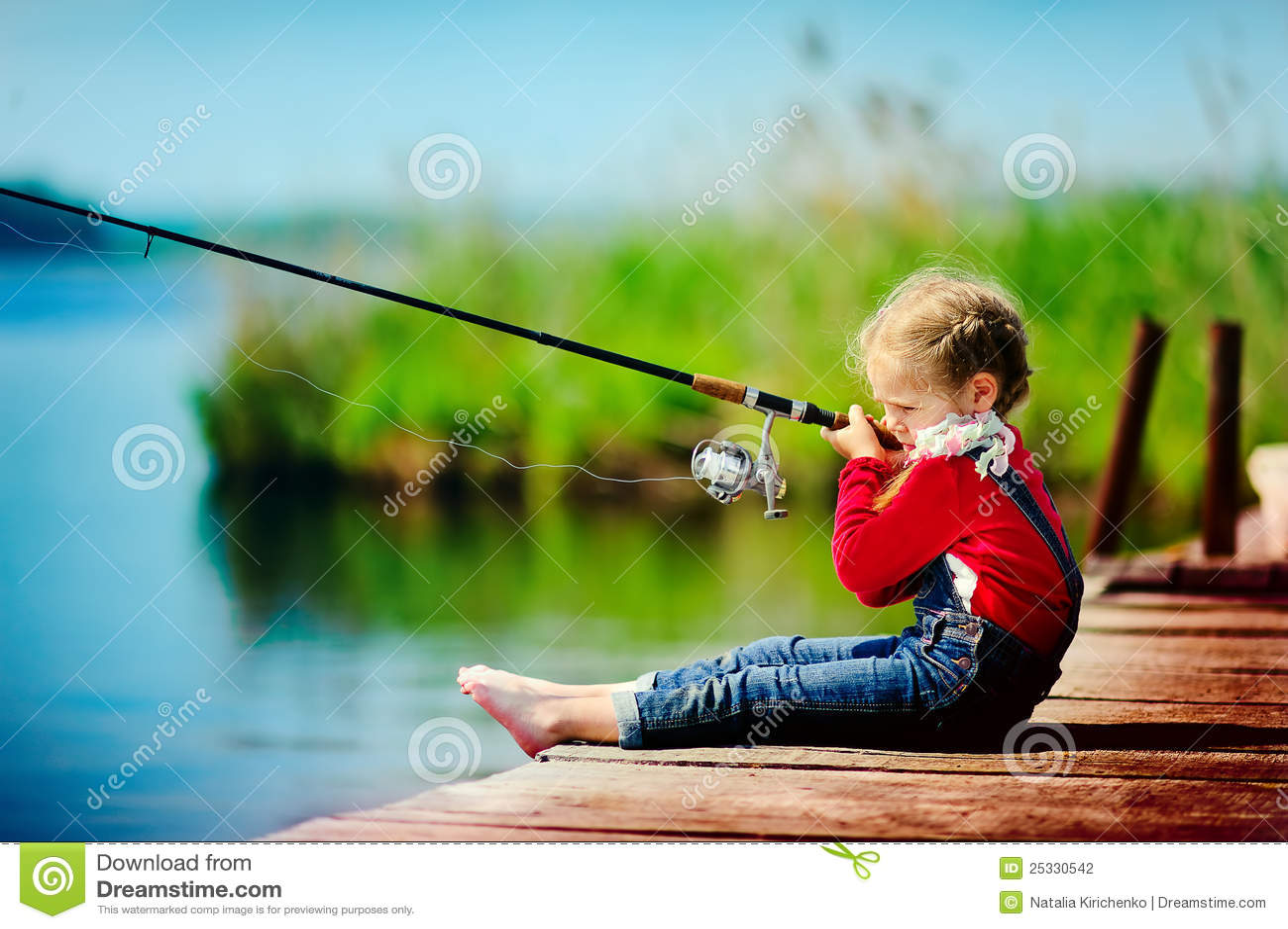 Fischen des kleinen Mädchens vom Dock auf See