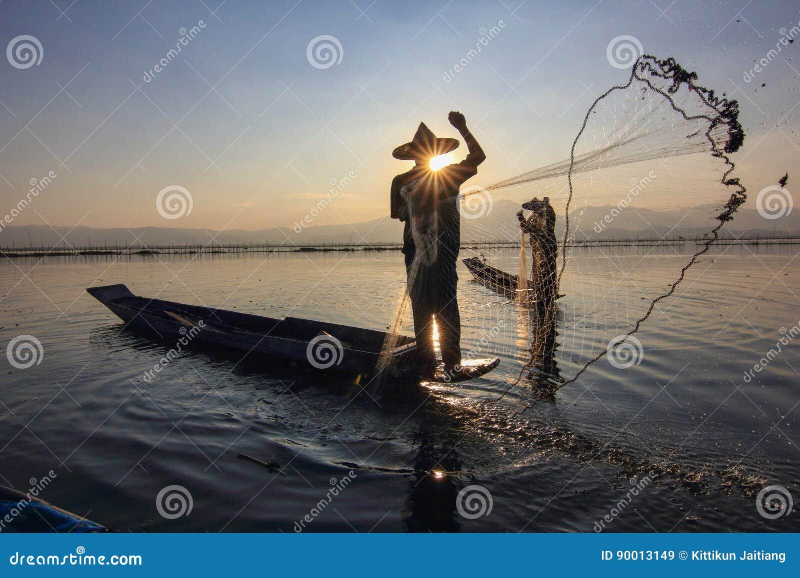 Fischer auf See bei Sonnenuntergang