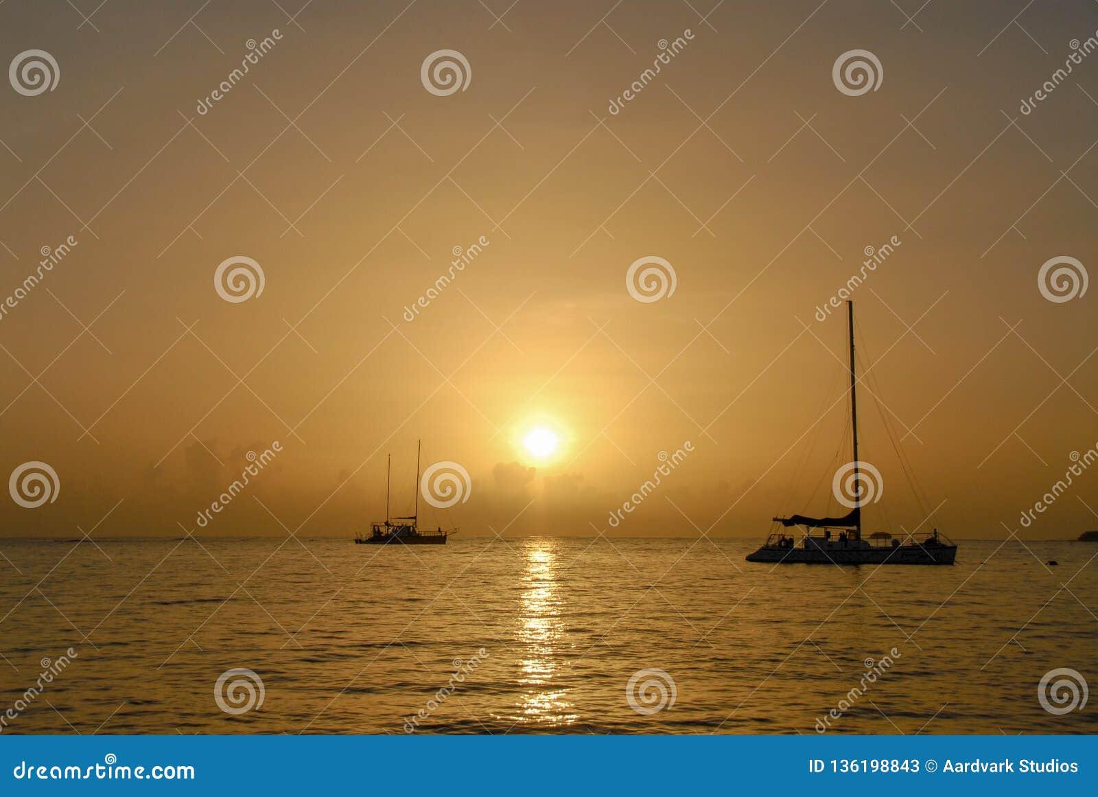 Fischerboote auf dem Adaman-Meer während des goldenen Sonnenuntergangs