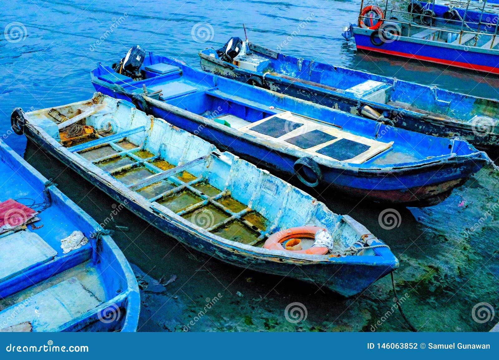 Fischerboote, die auf dem Ufer parken