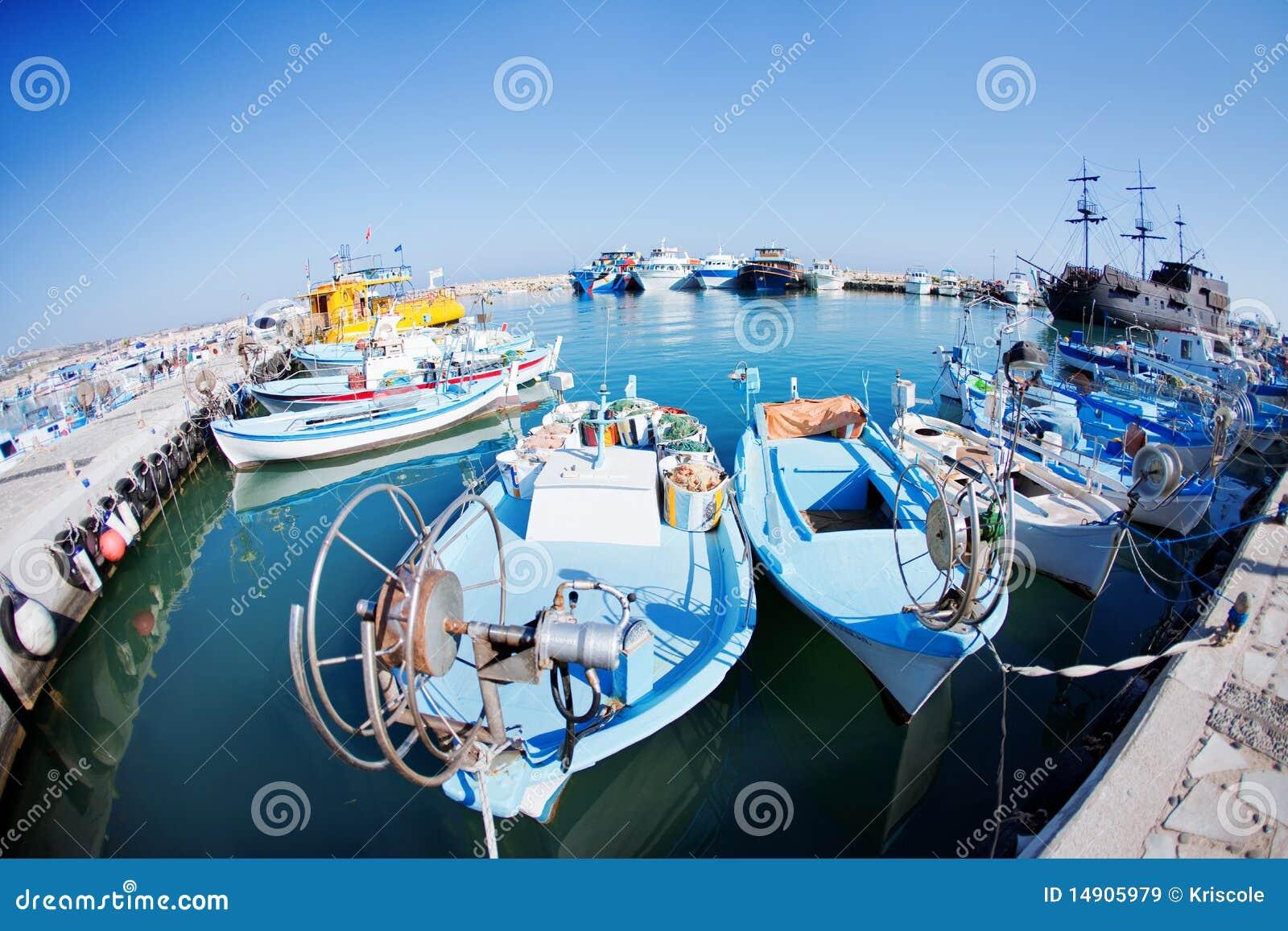 Fischerboote an einem Kanal