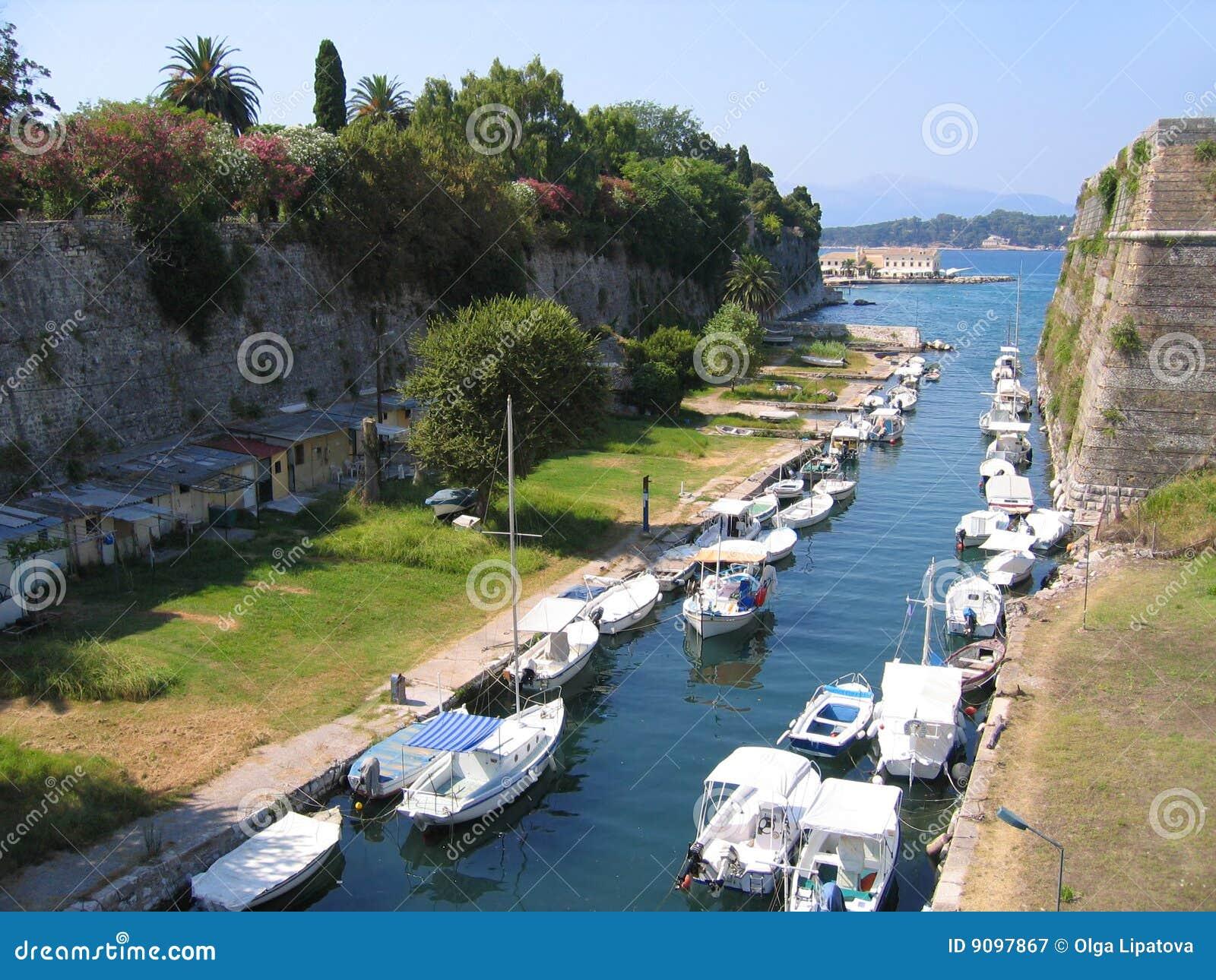 Fischerboote im Kanal außerhalb der alten Festung