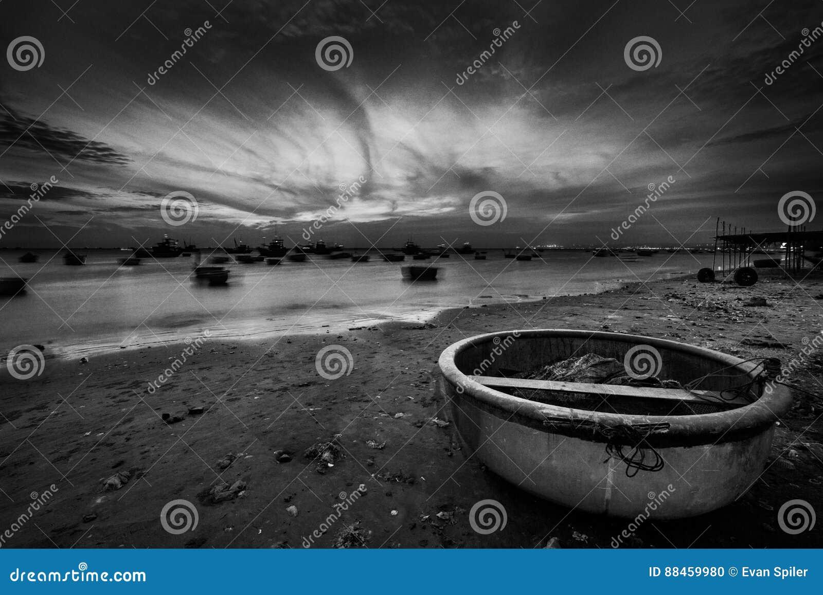 Fischerboote und Körbe bei Sonnenuntergang
