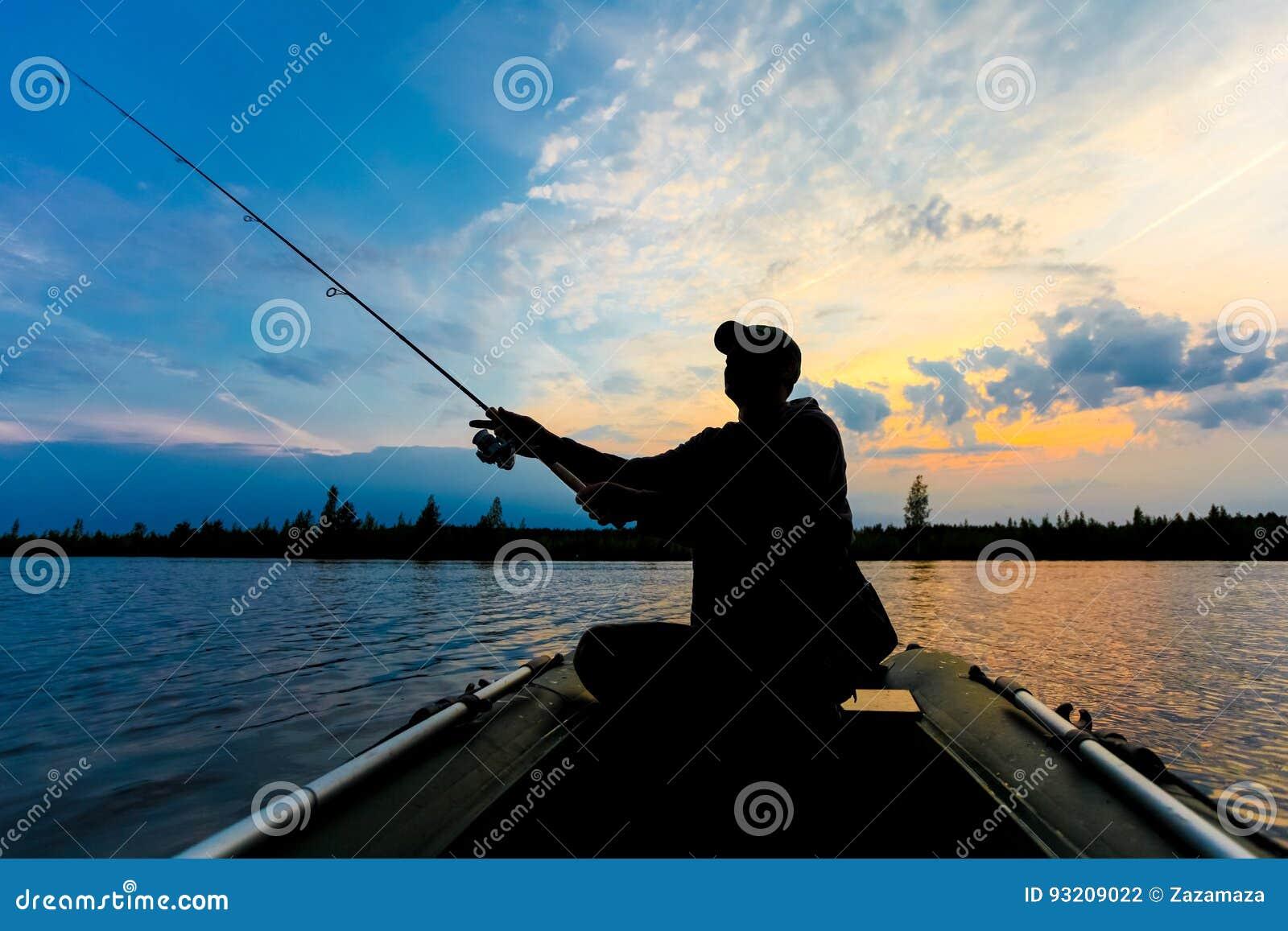 Fischerschattenbild mit Angelrute im aufblasbaren Boot am Sonnenaufgang und an den Würfen ein Köder für anziehende Fische