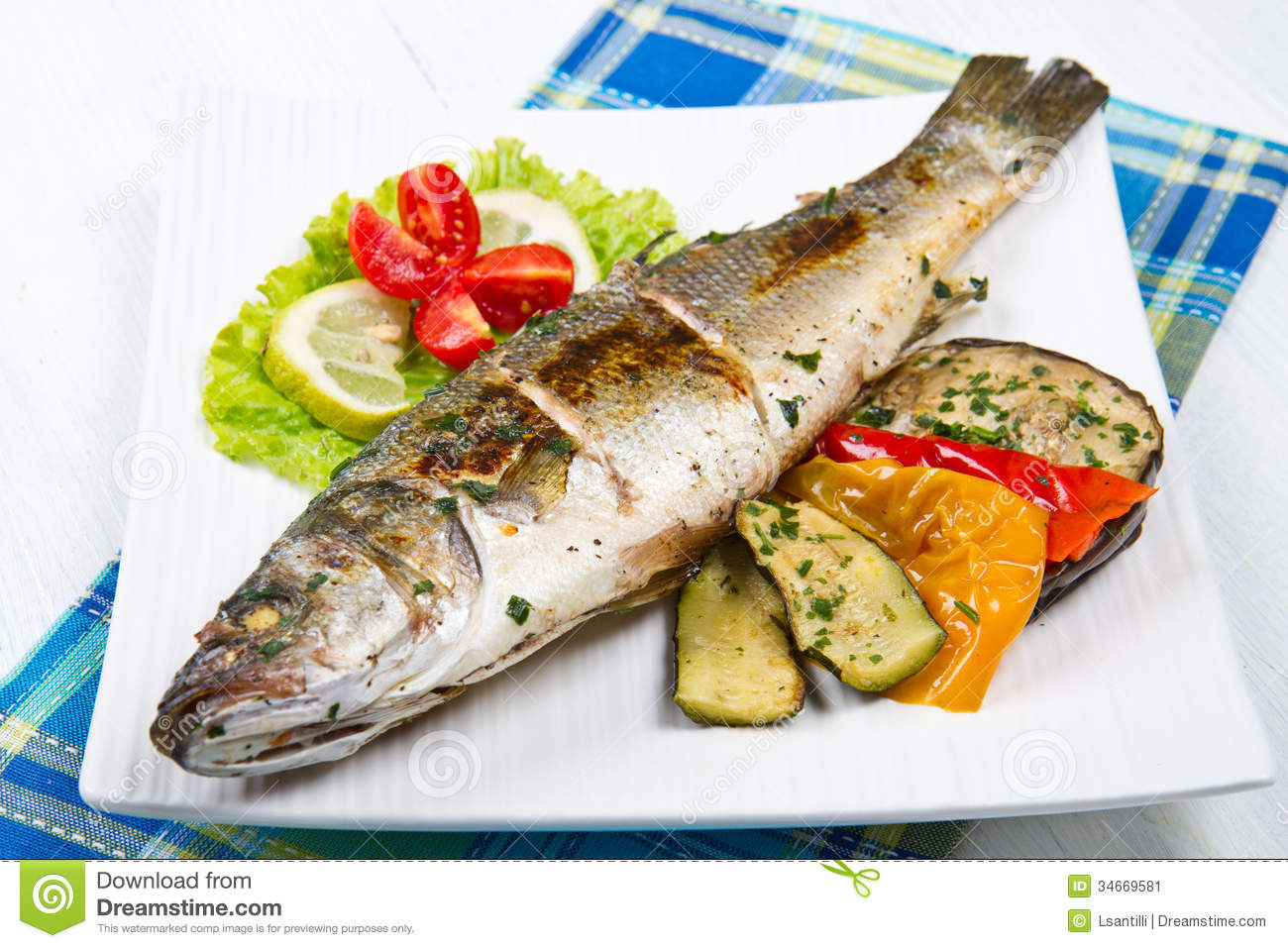 Fish sea bass grilled with lemon and grilled vegetables for Bbq fish grill