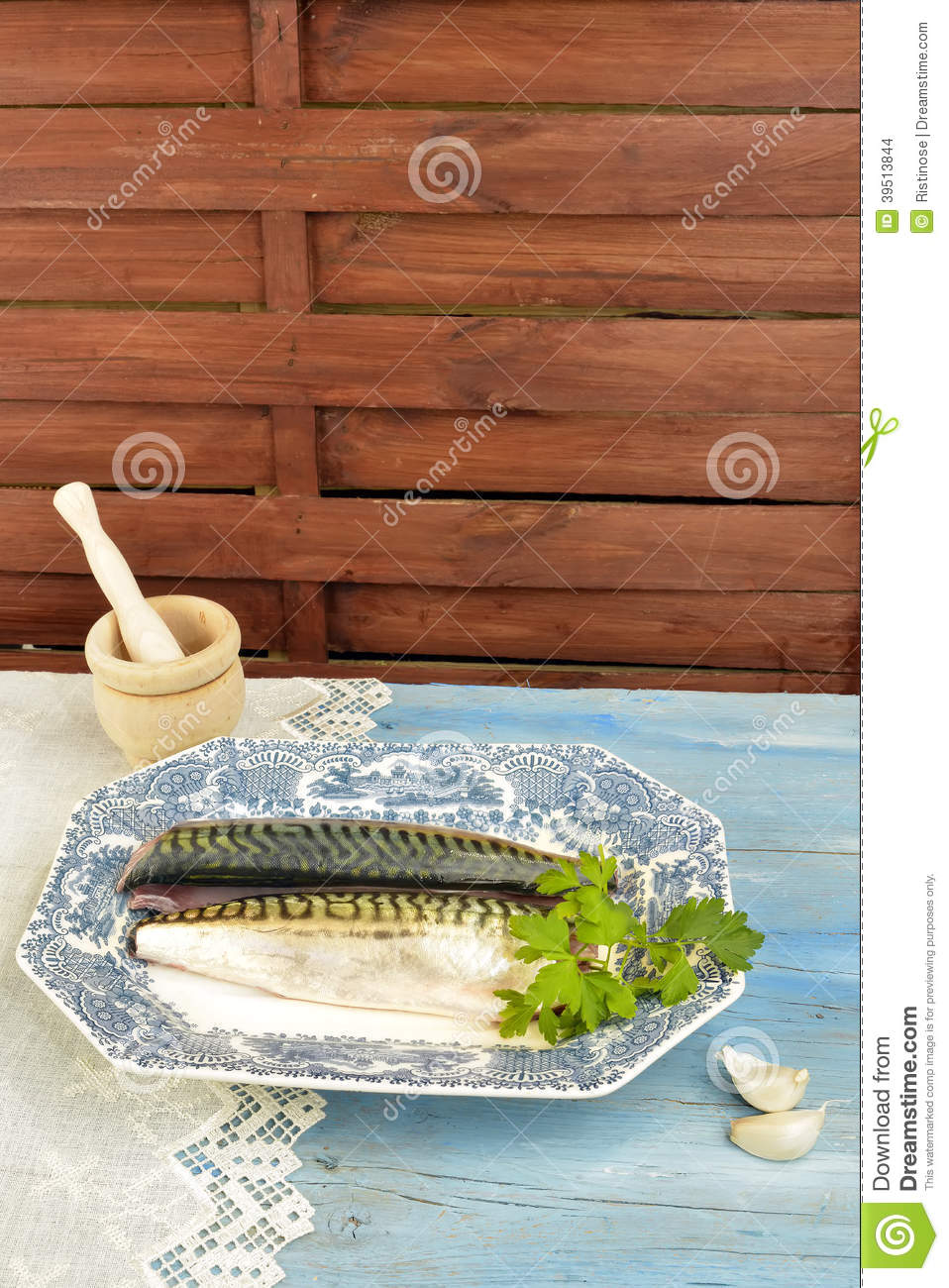 Fish tray with parsley and garlic