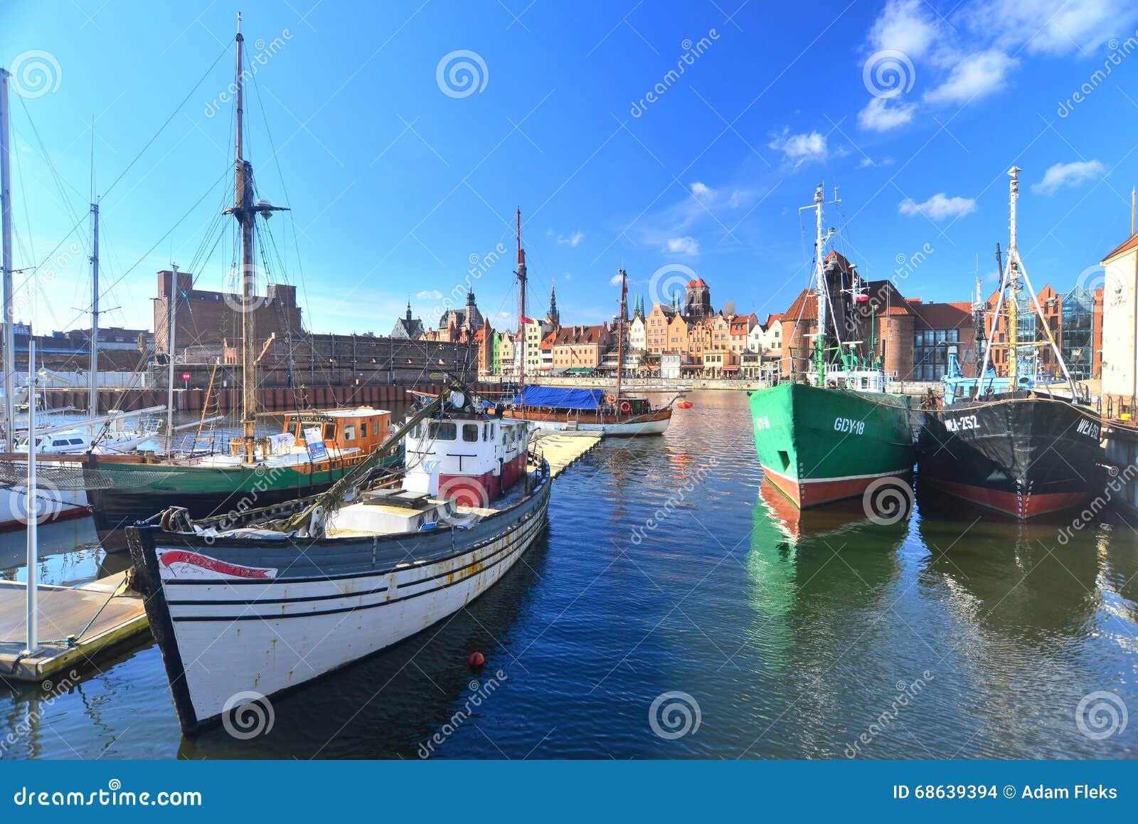 Fishboats velhos amarrados em Gdansk, Polônia