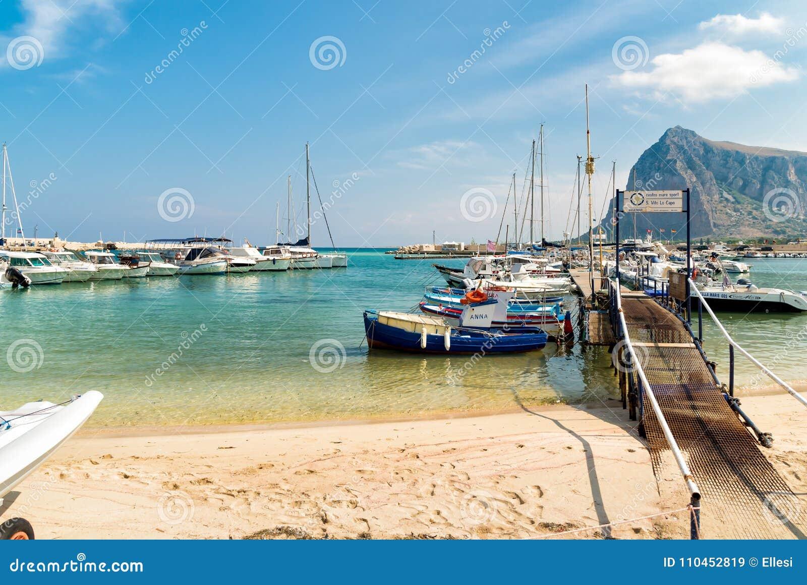 Fisher fartyg och yachter i hamnen av San Vito Lo Capo
