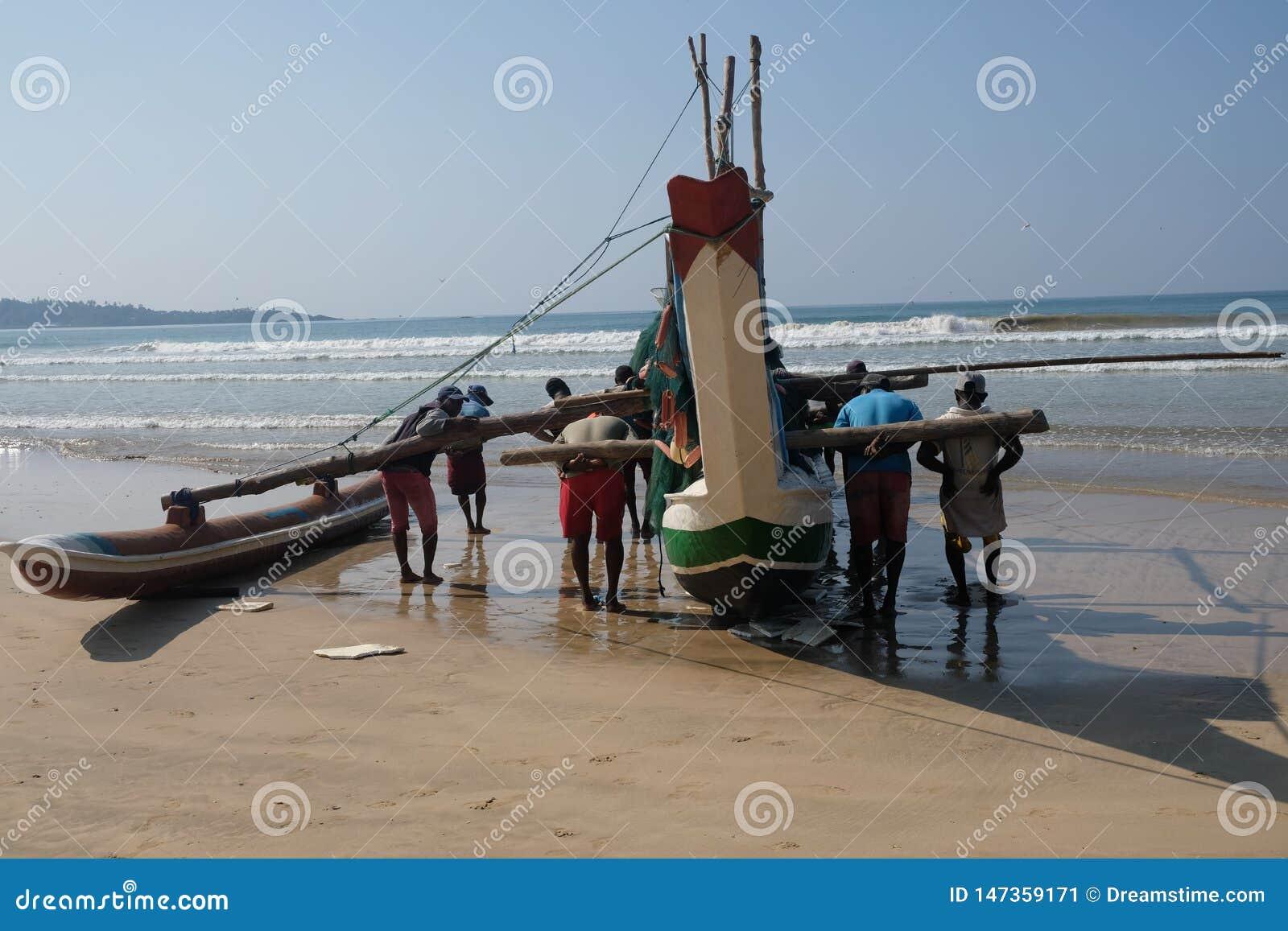 Fishermans rola para trás seu barco em Sri Lanka