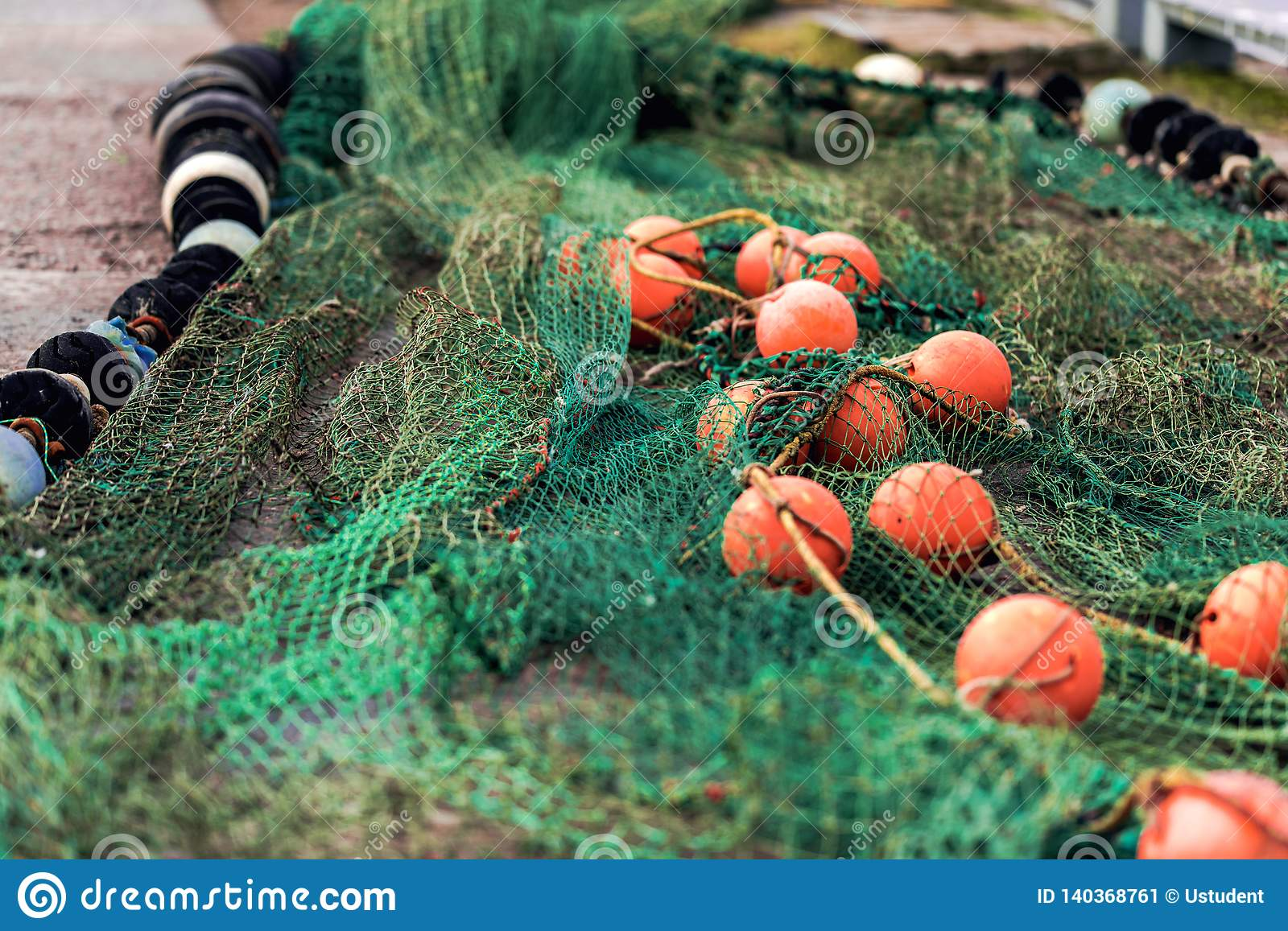 Fishing net with round floats