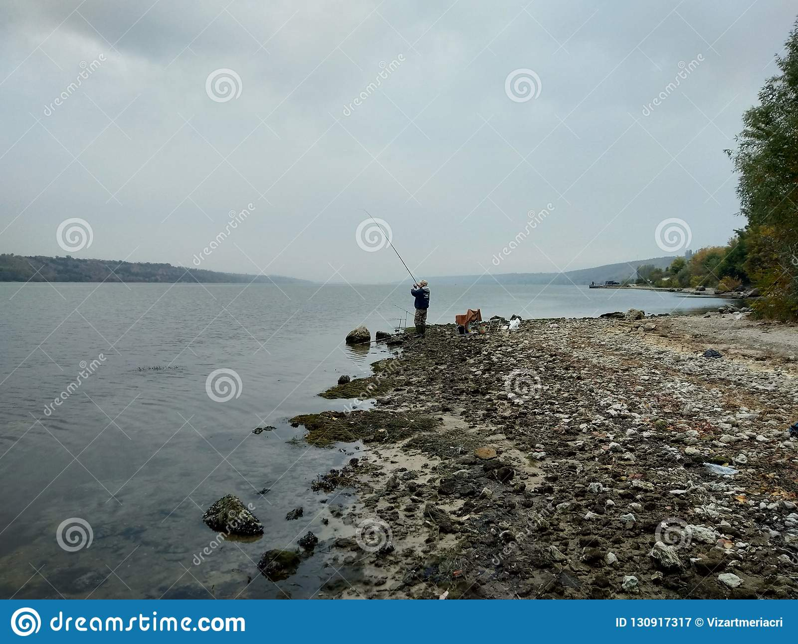 Fishman przy Dnestr brzeg rzekim