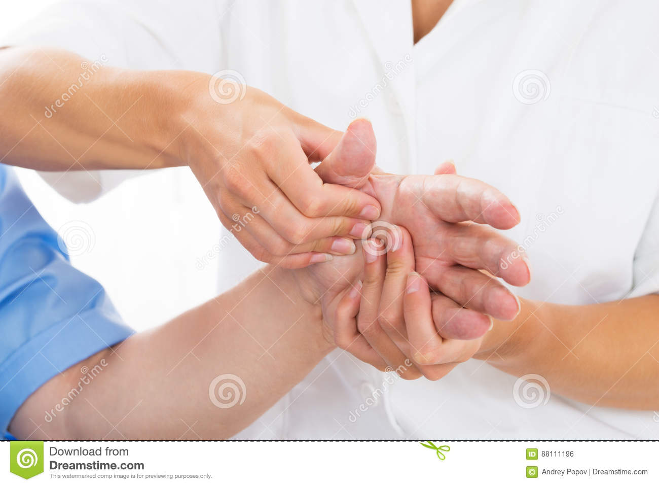 Fisioterapeuta de Person Receiving Palm Massage By