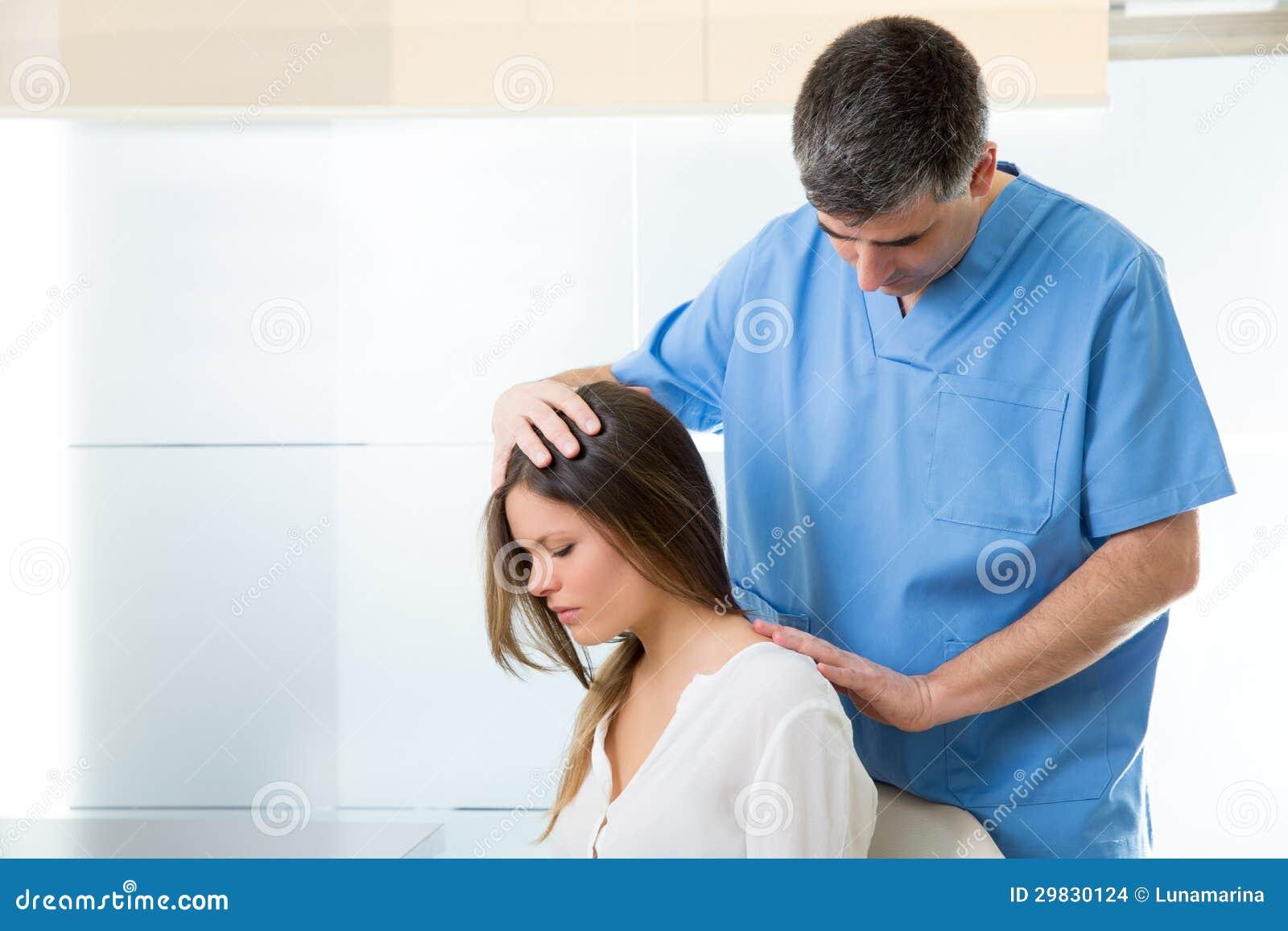 Fisioterapeuta que faz a terapia myofascial no paciente da mulher