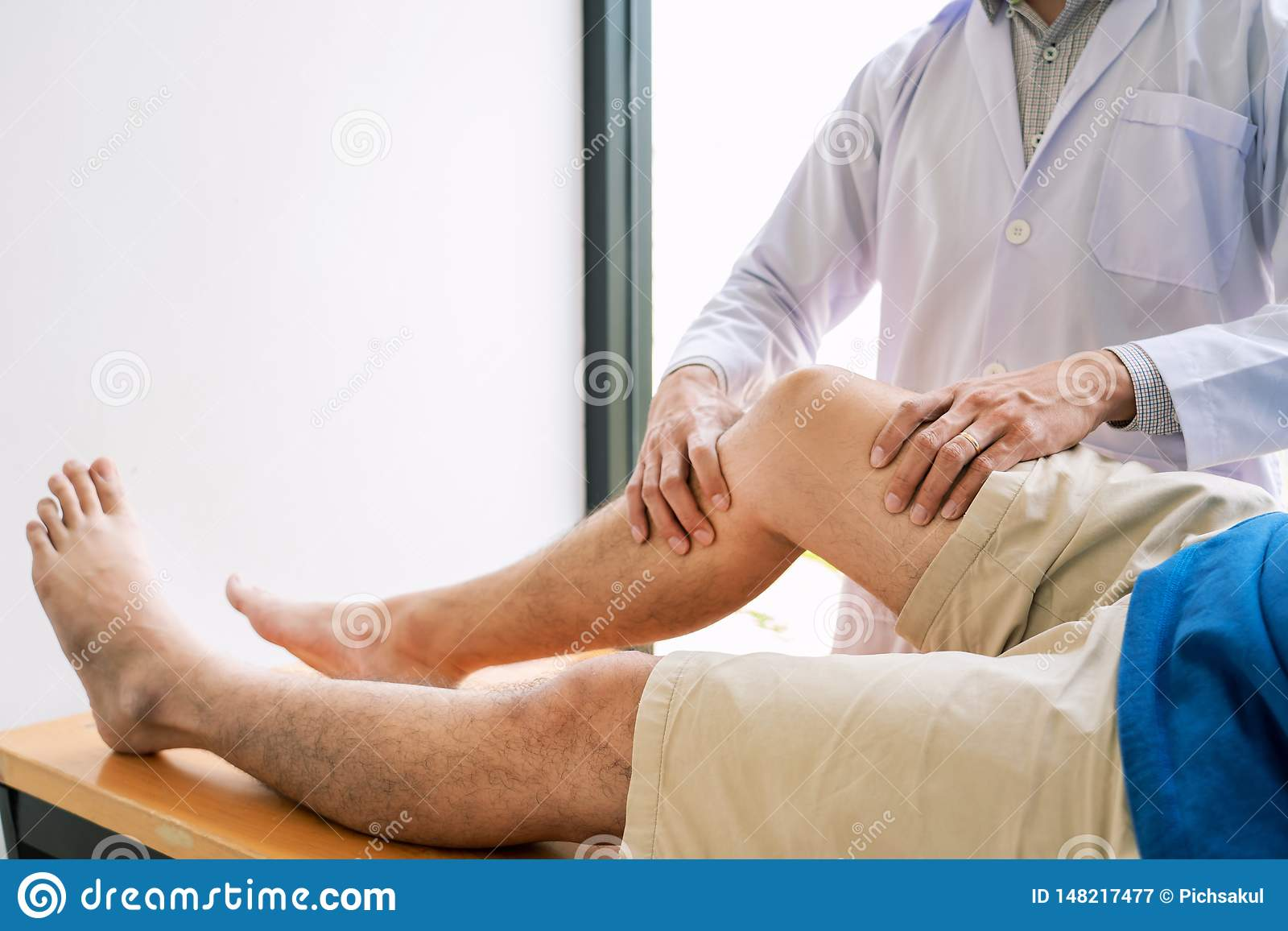 Fisioterapia de consulta da reabilita??o do doutor do fisioterapeuta que d? exercitando o tratamento do p? com o paciente na f?si