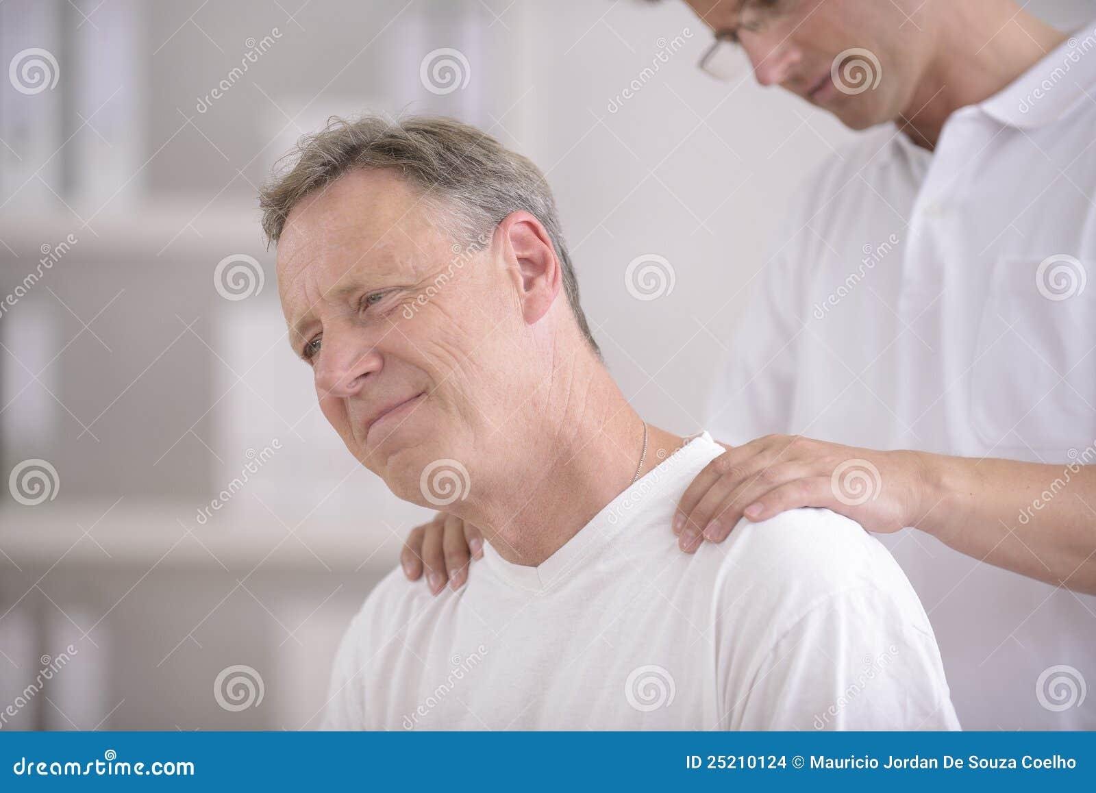 Fisioterapia: Fisioterapista che massaggia paziente