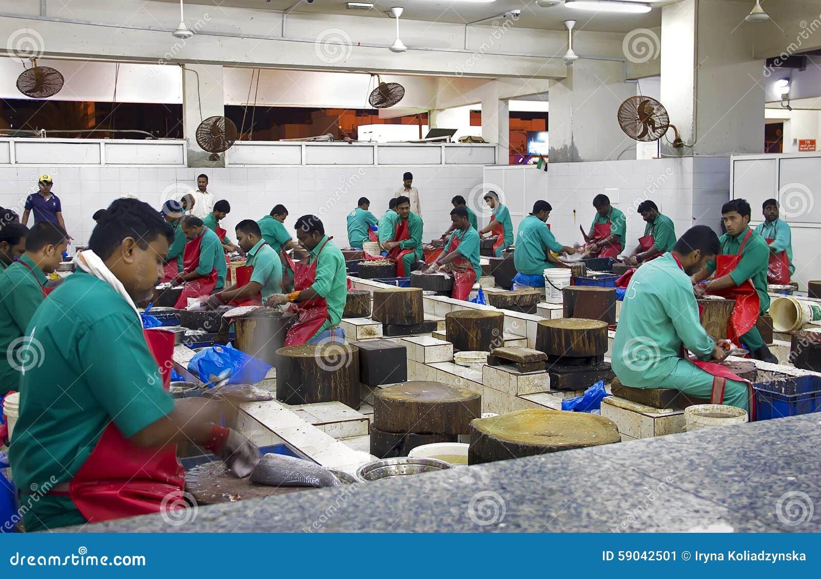 Fiska affärsmannen som gutting fiskmarknaden nära fiskmarknaden, Ajman,