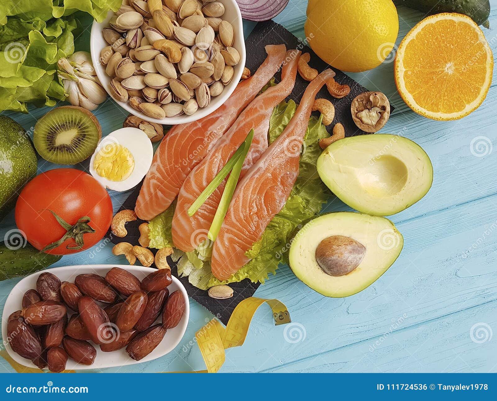Fiska avokadot för omega 3 för föda för citronen för laxsallad den vård- på sund mat för blå träbakgrund