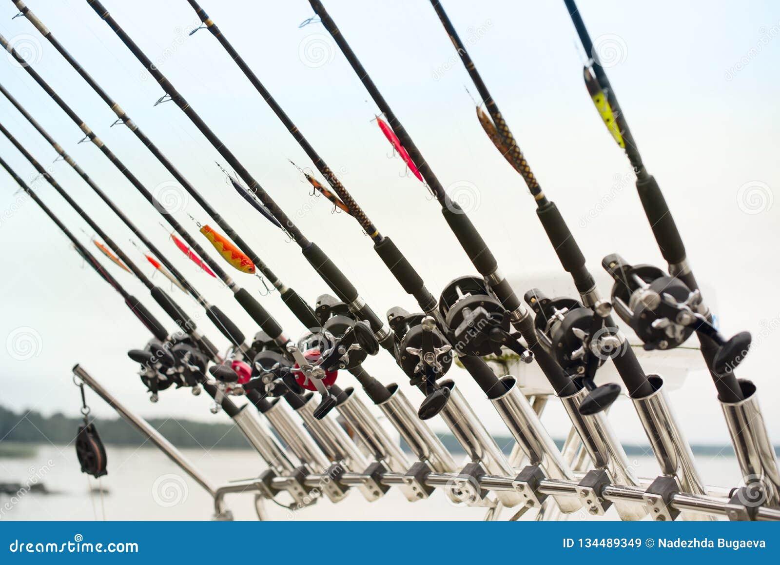 Fiska det fiska med drag i fartyget på en skogsjö, kopplade från natursemestern
