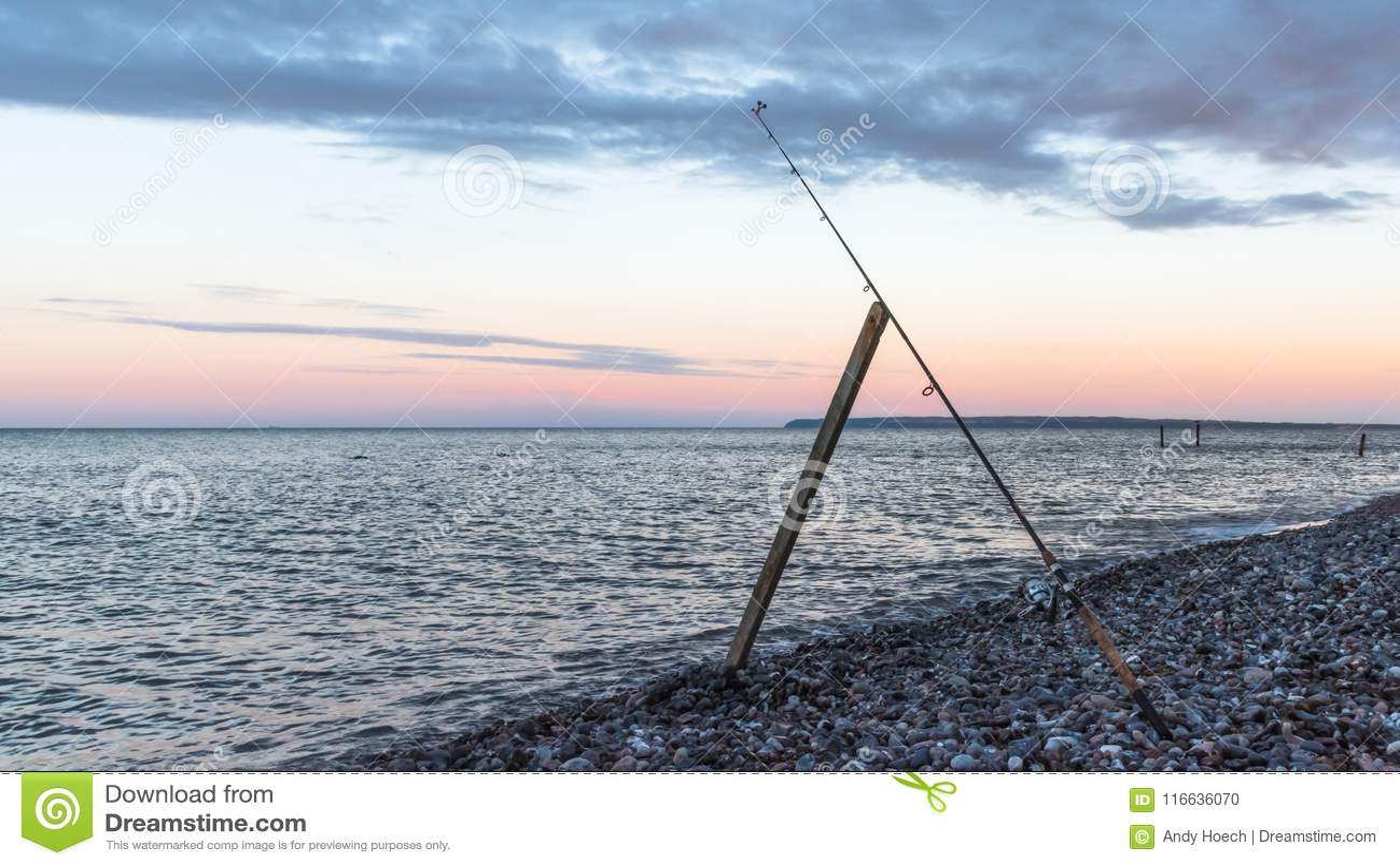 Fiska i aftonen i havet