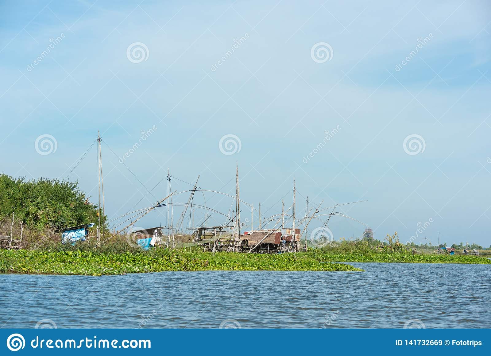 Fiskares by i Thailand med ett antal fiska hjälpmedel som kallas 'Yok Yor ', Thailand traditionella fiska hjälpmedel som gjorde f