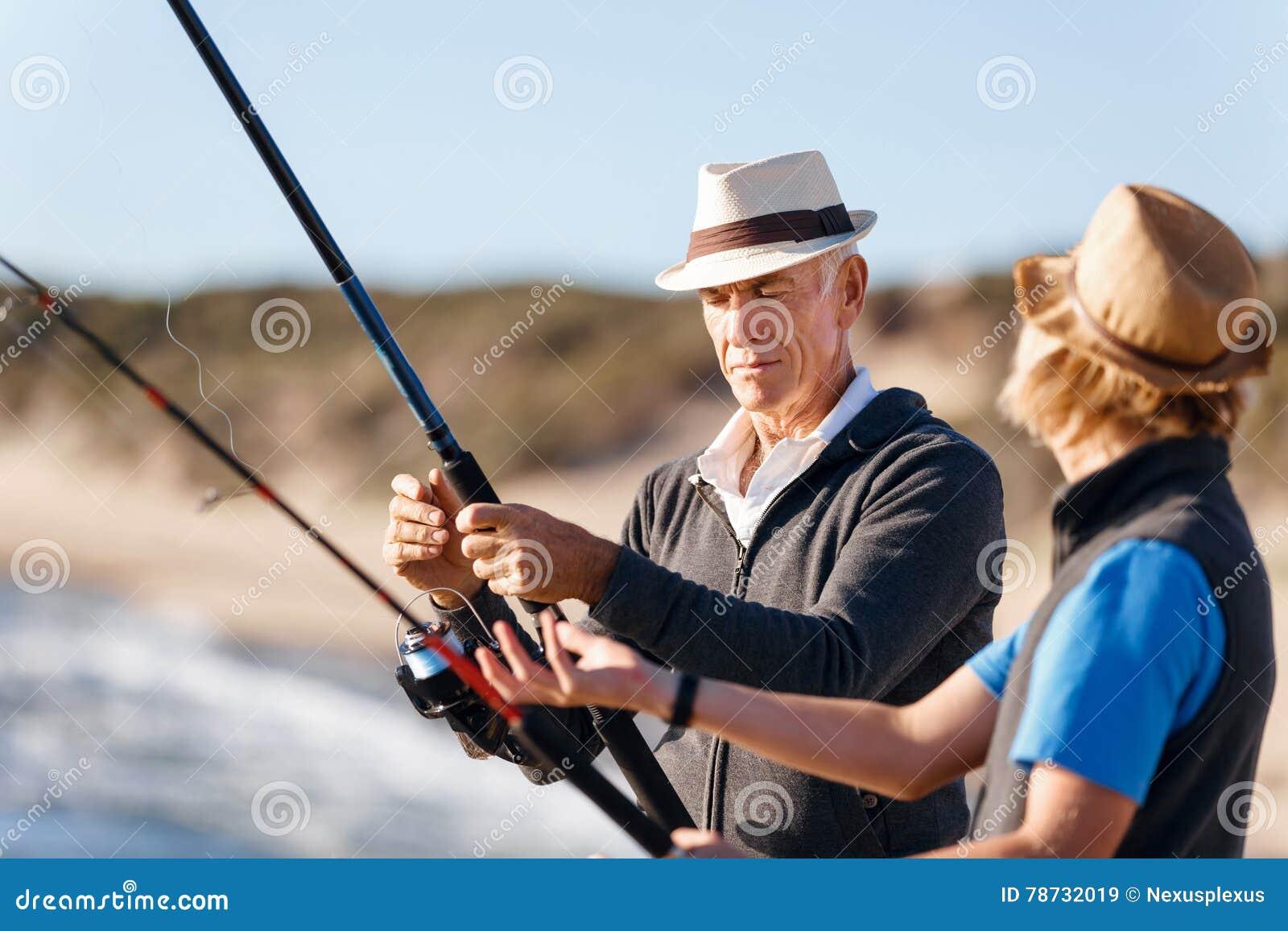 Fiske för hög man med hans sonson