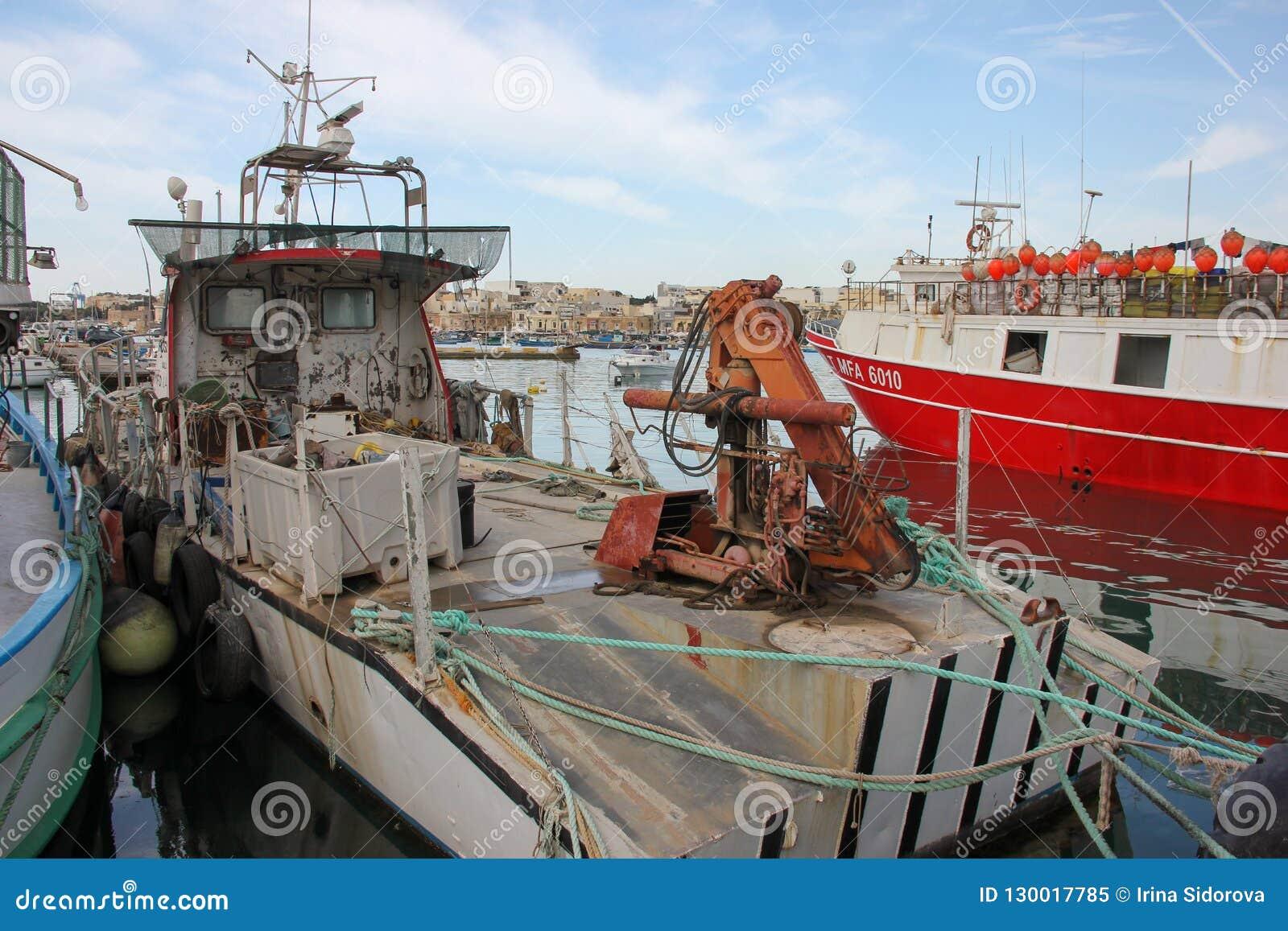 Fiskebåt i port i fiskeläget Marsaxlokk