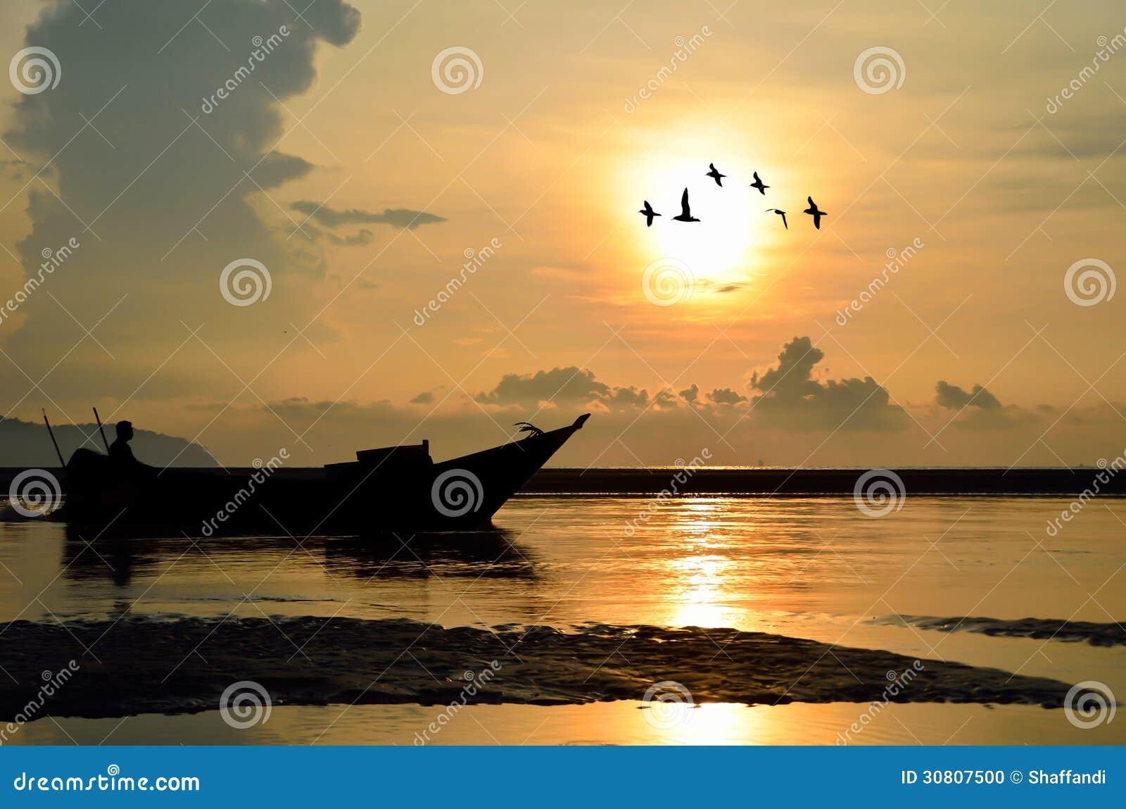 Fiskebåt på soluppgång