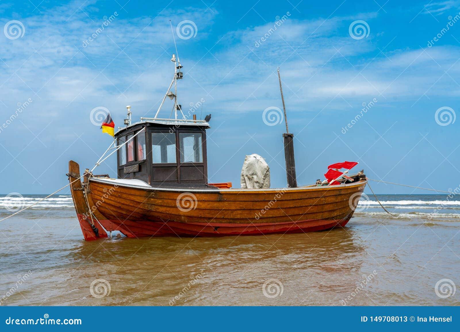 Fiskebåt på stranden på lågvatten