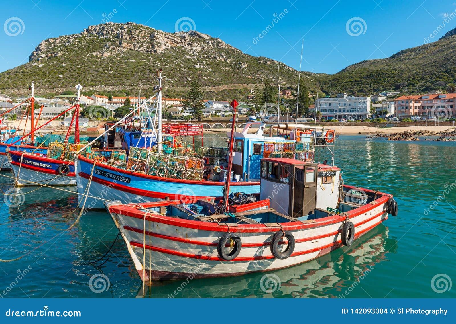 Fiskebåtar i den Kalk fjärden, Cape Town, Sydafrika