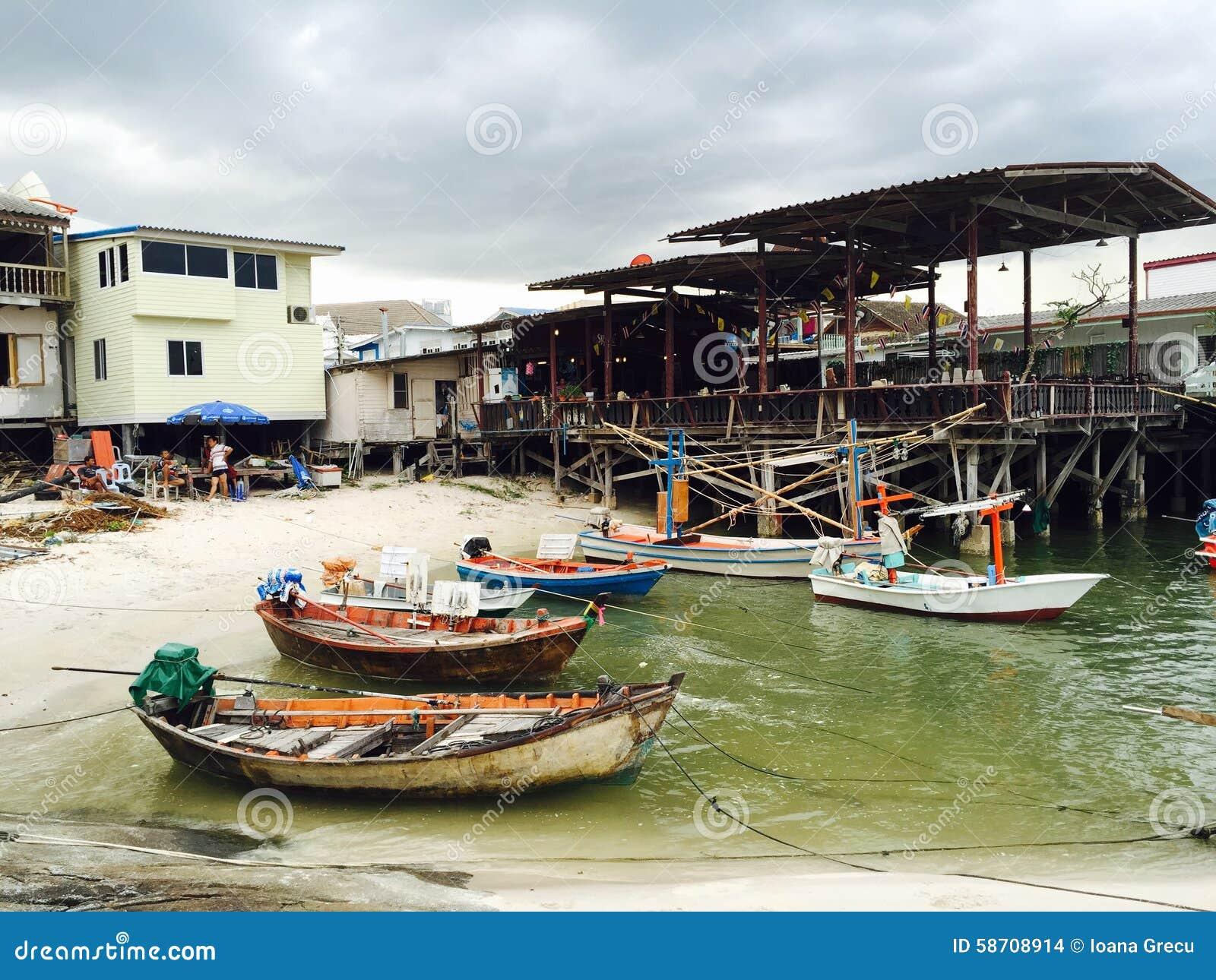 Fiskebåtar i den lilla Hua Hin hamnen