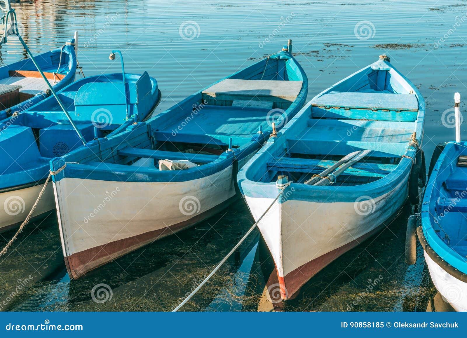 Fiskebåtar, når att ha fiskat på kajen i porten av Sozopol, Bulgarien