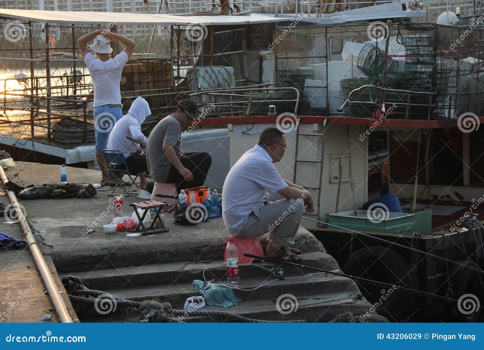 Download Fiskeentusiaster I Shekoufiskeport Redaktionell Fotografering för Bildbyråer - Bild av askfat, fiske: 43206029