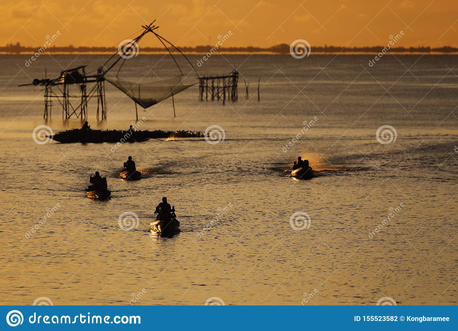 Fiskekultur i Thailand med stora netto fisknät för låsfisken, puttalunglandskap, South East Asia på solnedgången