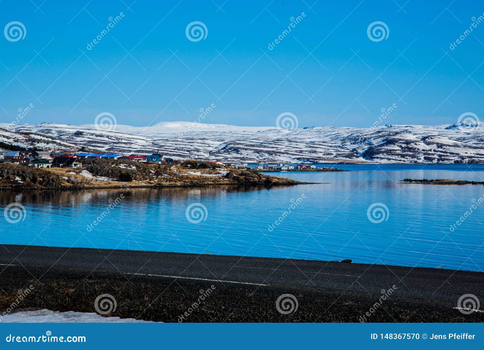 Fiskeläge i den isländska fjorden i vinter