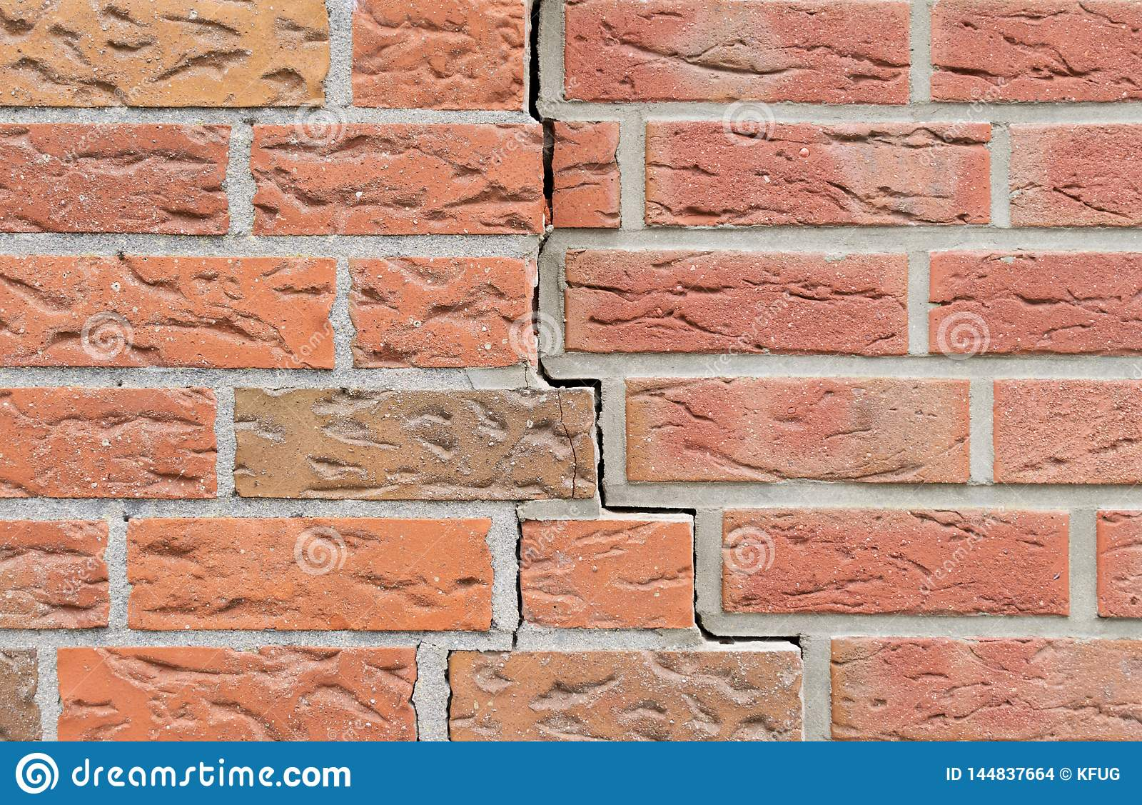 Fissure dans le mur de briques Configuration de fond