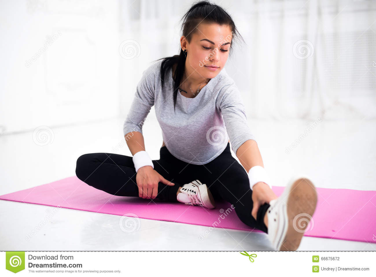 Athletic Woman Stretching Her Thigh Stock Photography