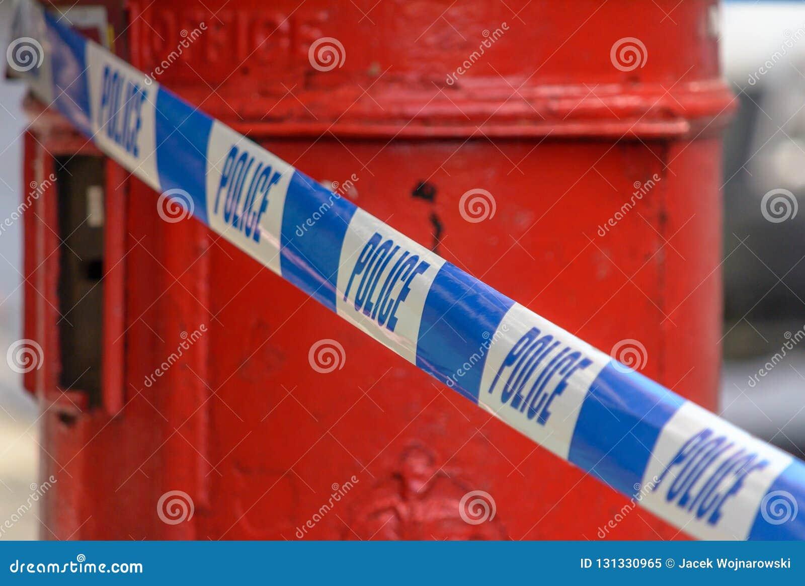 Fita britânica da polícia em Front Of Red Post Box