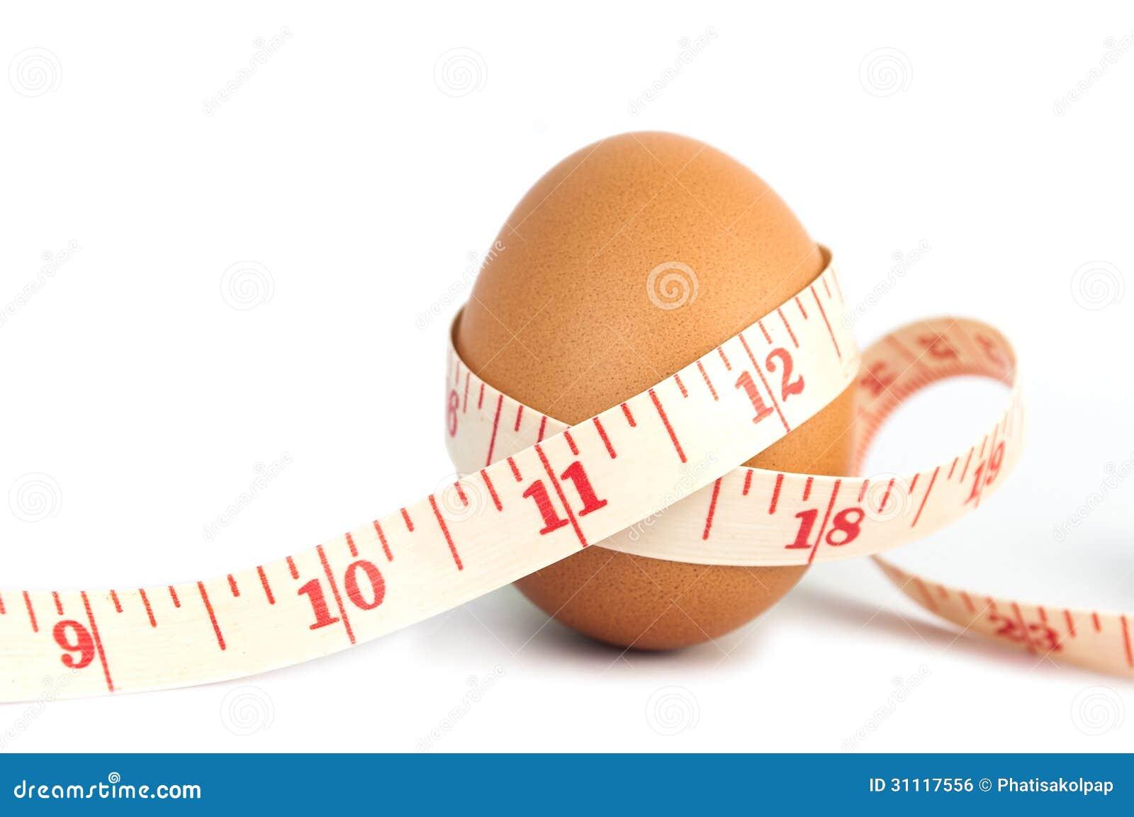 Fita da medida envolvida em torno do ovo