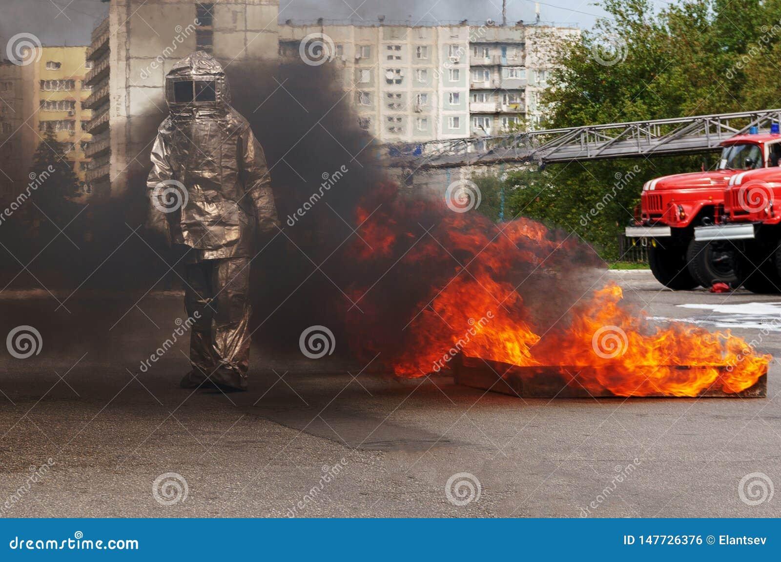 Fiteman dans un costume de proximit? du feu met dessus le feu Pompier dans un costume de proximit? du feu qui a fait pour le prot