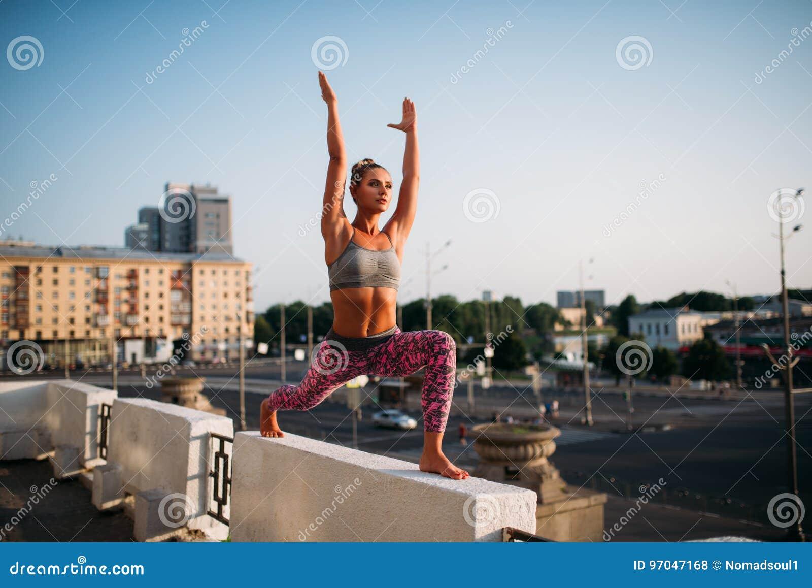 Fitnes тренируя, размышлять йоги женщины