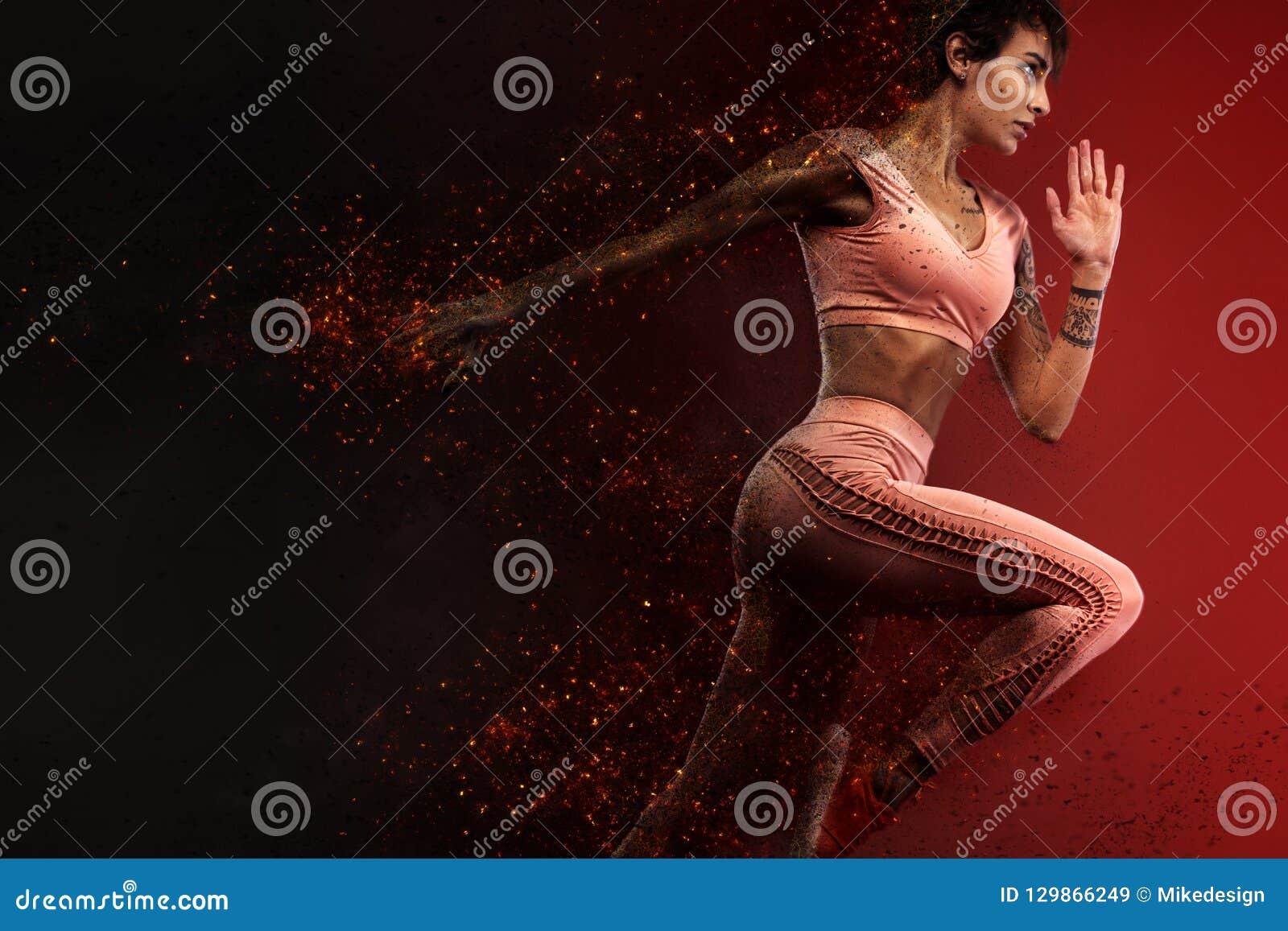 Fitness en sportmotivatie Sterke en geschikte atletische, vrouwensprinter of agent, die op rode achtergrond in de brand lopen die