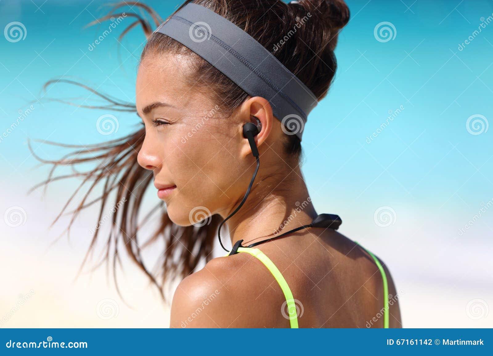 Fitness meisje met de draadloze hoofdtelefoons van het sport in-oor