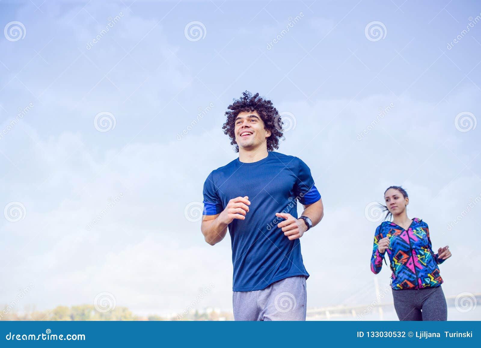 Fitness, sport, het uitoefenen en gezond levensstijlconcept - coupl