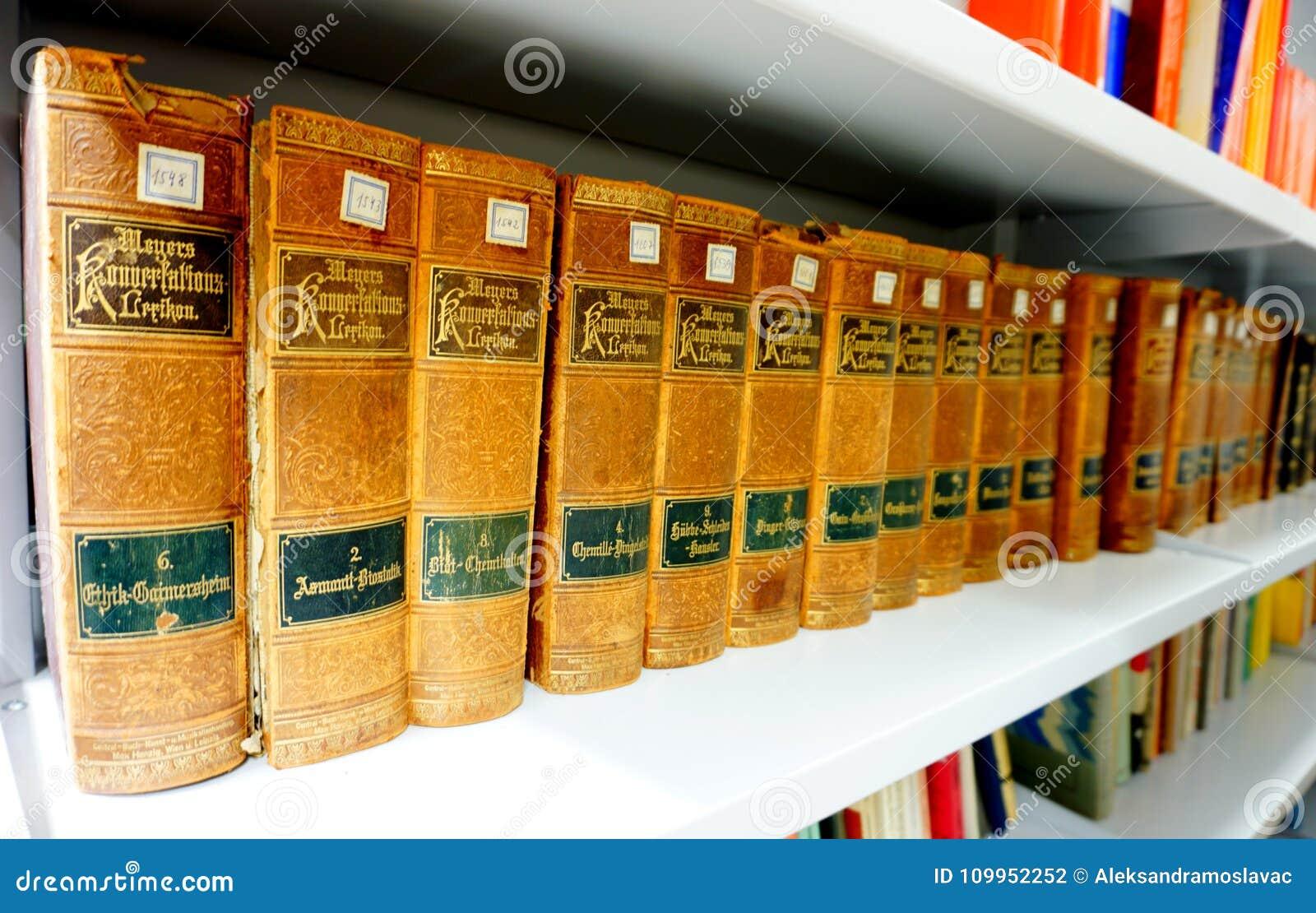 Fiume, Хорватия, 14-ое февраля 2018 Книжные полки с винтажным красивым лексиконом старой книги