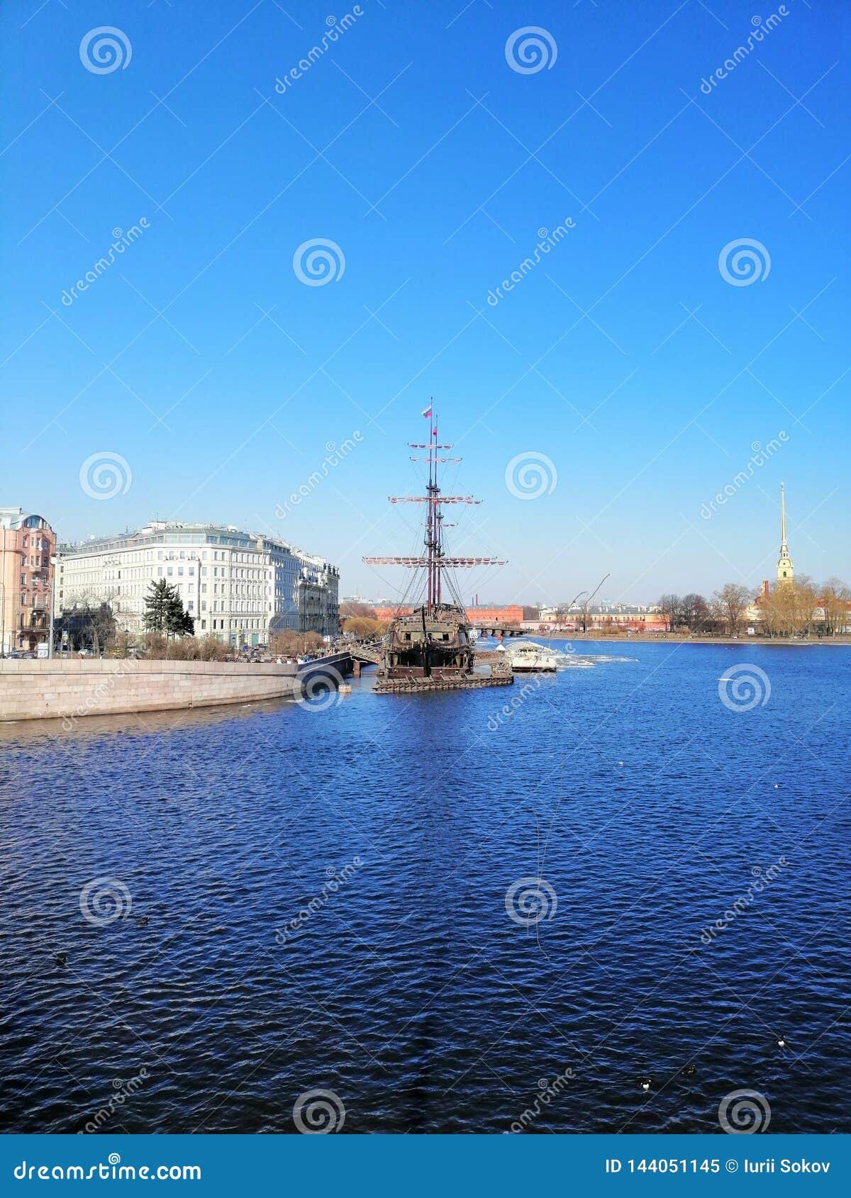 Fiume, barca a vela e la guglia della fortezza