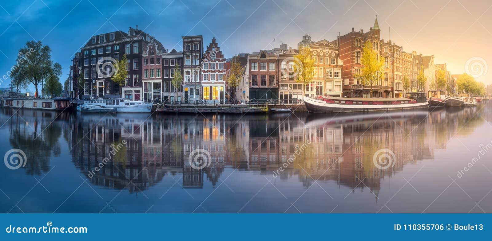 Fiume, canali e vecchie case tradizionali Amsterdam