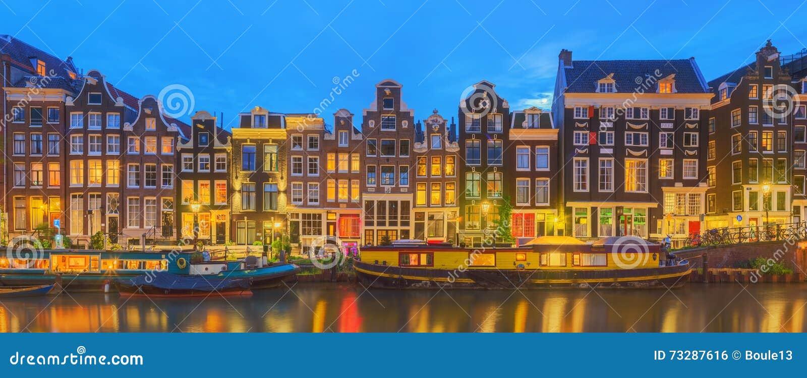 Fiume di Amstel, canali e vista di notte di bella città di Amsterdam netherlands